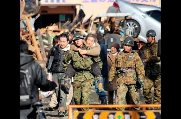 Señora rescatada por militares en el sismo de Japón