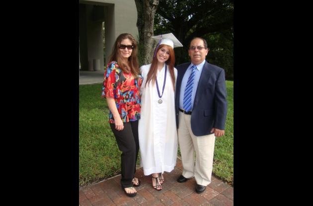 Con una comida en el restaurante P.F. Changs, Fabián Benito Revollo y su esposa, Isabel Cure de Benito Revollo, celebraron el grado de su hija Nathalie en la ciudad de Miami, por intermedio del colegio Southwest Miami Senior High School.