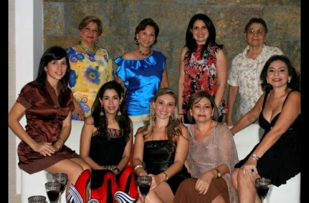 De pie: Cecilia de Imbett, Emita Herazo, María Elisa de Marín y Carmen de Imbett. Sentadas: Paola de Ballestas, Tania Mallarino, Tatiana Bozzi, María Nelly Mendoza y Magaly Imbett.