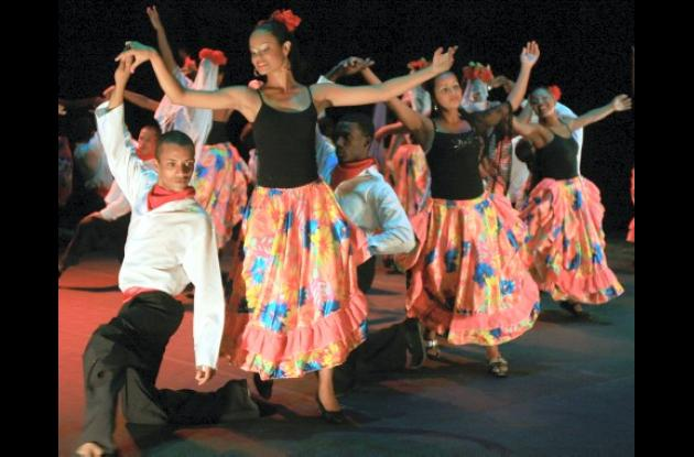Muestra folclórica en el Teatro Adolfo Mejía.