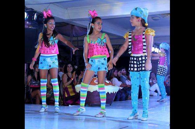 Tatiana Pereira y la comparsa infantil del Club Cartagena