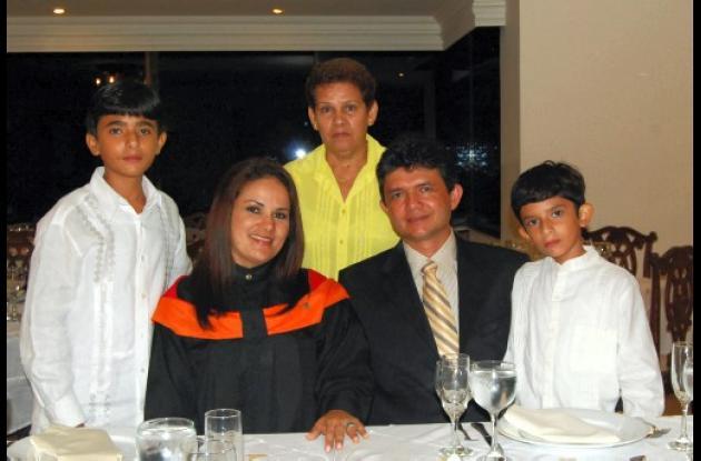 De pie: Wilman José Villalba, Edith González; y Mauricio José Villalba; sentados