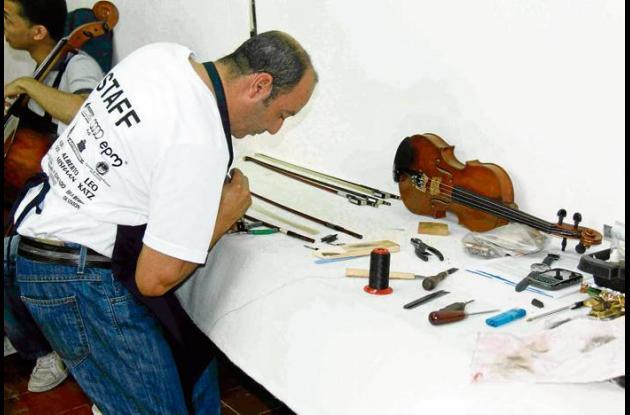 José Alberto Paredes, luthier, experto en instrumentos de cuerda frotada.
