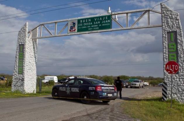 Hallan 49 cadáveres en carretera de México