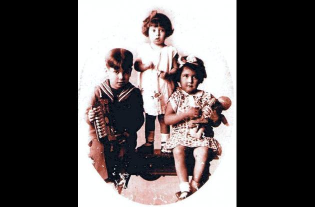 El artista cuando era un niño entre sus hermanas.