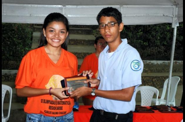 Álvaro Ortega Bravo, estudiante del Cole-gio La Nueva Esperanza, recibiendo por