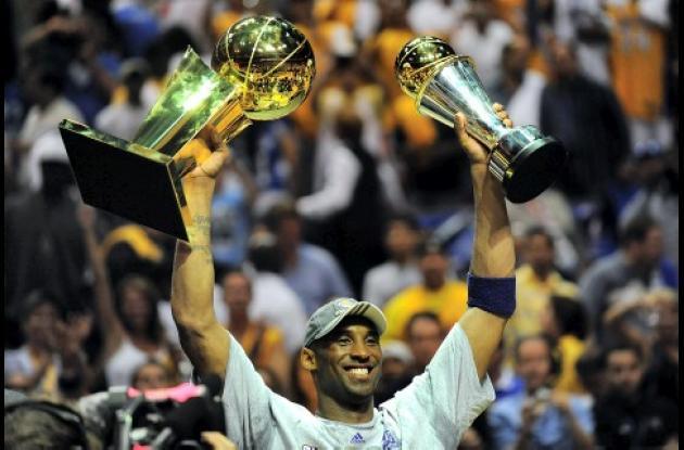 Kobe Bryant levanta los trofeos luego de que los Lakers ganaran 99-86 a Orlando Magic en la final de baloncesto de la NBA. Kobe Bryant anotó 30 puntos al ganar su cuarto título, el primero sin el apoyo de Shaquille O'Neal.