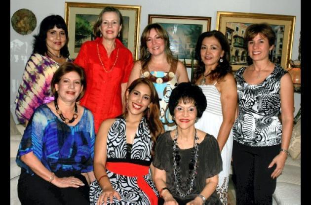 De pie: Martha de Barraza, Leonor Arocha, Luz Marina Segrera, Fabiola de Reino y Fabiola Covo; sentadas; Julia Dávila Pestana, la agasajada, Alejandra María Barraza Marín y Henrieta de Lequerica.