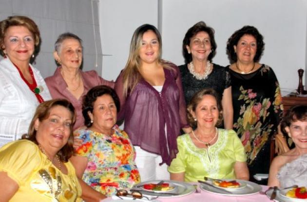 De pie: Judith Carvajal de Álvarez, Mar-tha Estarita, la agasajada Lourdes Pérez