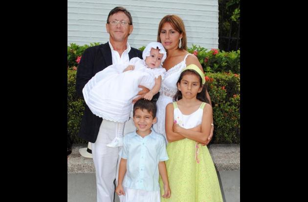 Aparece con sus padres, Philippe Deleage y Diana Castrillón y con sus hermanos C