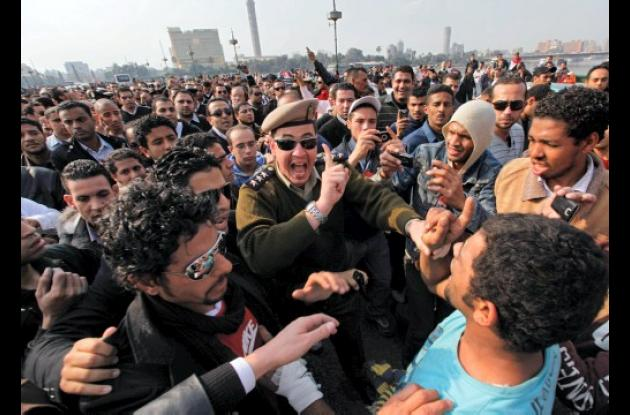 Manifestantes enfrentados con militares en Egipto