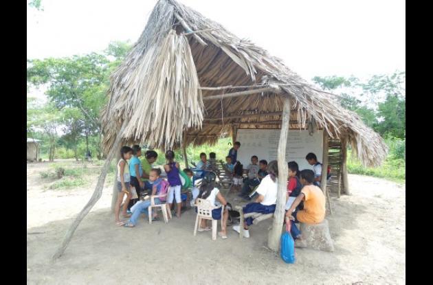 Estudiantes reciben clases en pésimas condiciones.