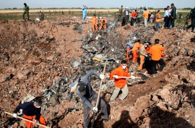 Los socorristas adelantan la búsqueda de los desechos del avión Caspio Airlines, que cayó a tierra, en la peor catástrofe aérea en Irán en los últimos años.