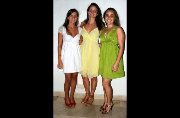 La agasajada con las hermanas. De izquierda a derecha: Laura Visbal, la novia, Silvia Visbal y Adriana Visbal.