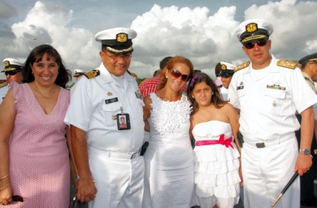 Adriana de Rodríguez, el comandante de la Base Naval, Alejandro Rodríguez; Carol
