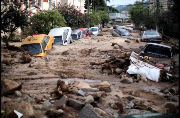 Carros enterrados en barro en Brasil por lluvias