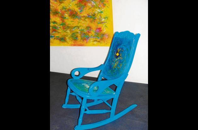 """Meciendo el Caribe"", pintura e intervención sobre mecedoras mompocinas."