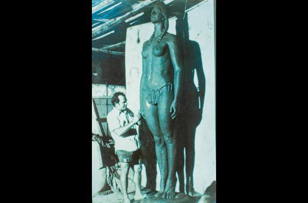 El escultor Eladio Gil en 1974 forjando su versión de la India Catalina.
