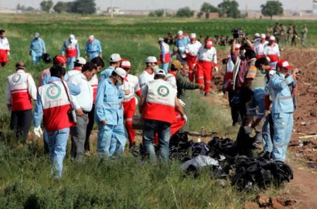 Los trabajadores de la Media Luna Roja iraní recogieron las pertenencias de las vícti-mas del avión Caspio Airlines, después de que la policía se llevara las cajas negras.