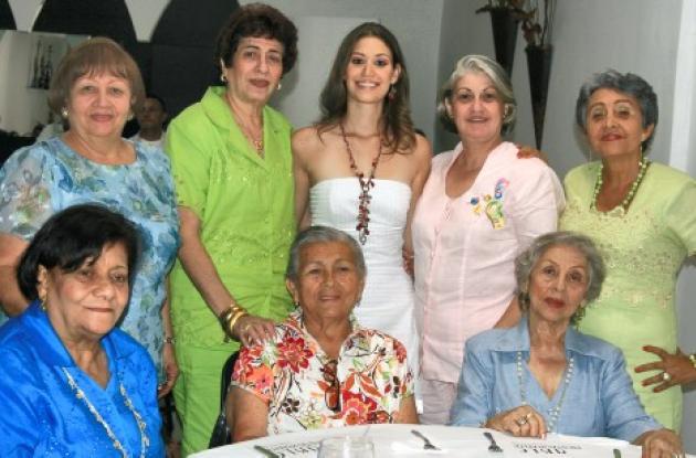 De pie: Luisa Lezama, Hortencia Sedán de Cano; la novia, Ana María Beltrán; Alejita Milanés de Beltrán y Martha Pretetl; sentadas: Esther de Suárez, Matilde Alcalá y Angela de Hoyos.