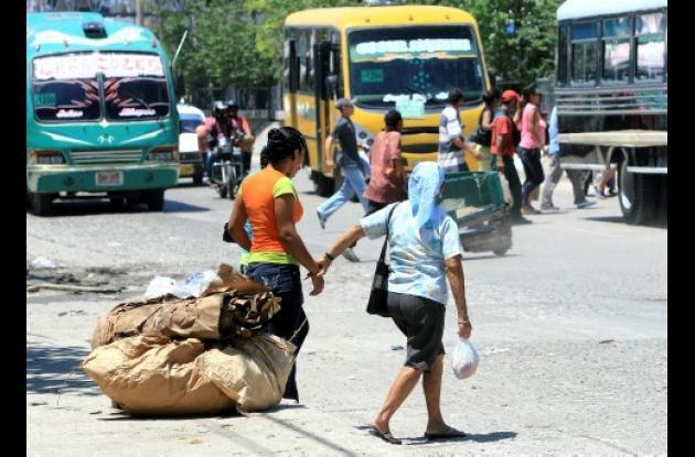 Muchos usuarios del Mercado de Bazurto prefieren arriesgar la vida entre los vehículos que transitan por la avenida Pedro de Heredia antes que usar el puente peatonal situado en ese sector. Falta más conciencia y educación vial.