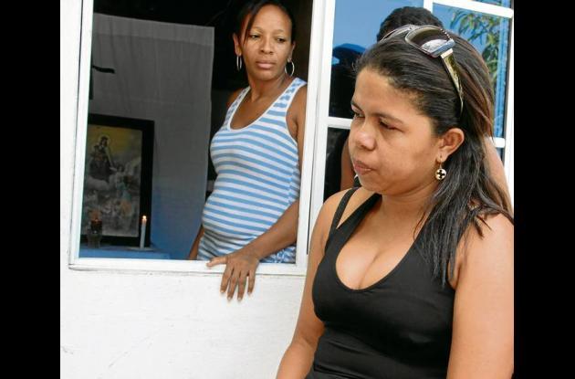 Daneyis Manjarrés, prima del 'Saya', y otros familiares aguardan en Olaya a que