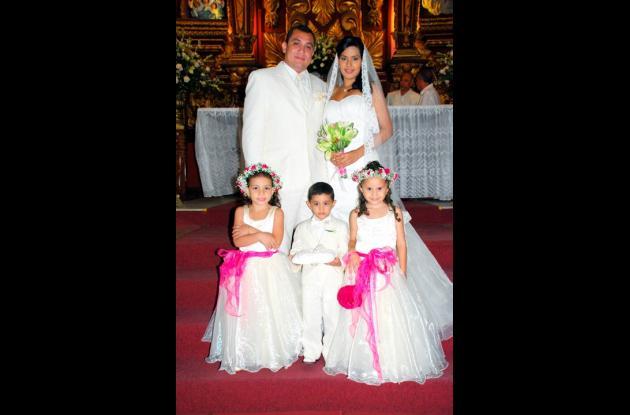 En la  iglesia  Santo Toribio  contrajeron  matrimonio Javier  Lamadrid y Ana Karina Lascarro. La recepción fue en la Casa de España. Los acompaña la corte de honor: Ana Lucía García, Juan Andrés Ramps y Mariangel Lascarro.