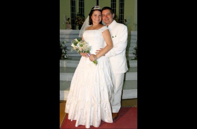 Lissette Lugo Trujillo y Manuel Antonio Ochoa Montes contrajeron matrimonio en ceremonia  realizada en la Iglesia Santa Cruz de Manga.  La recepción fue en el Restaurante Palo de Rosa.