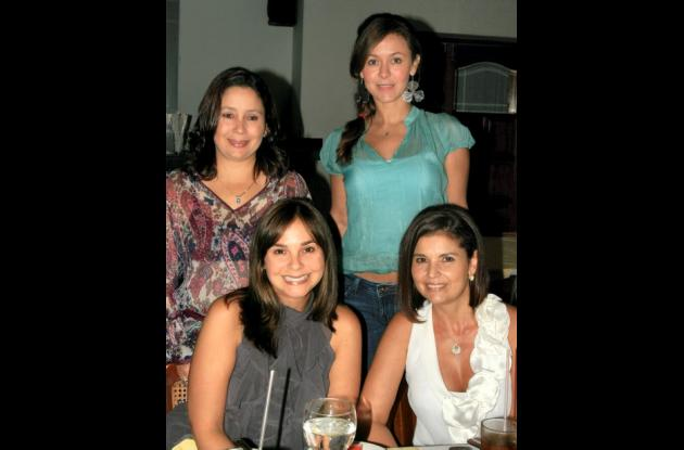 De pie: Lourdes Giraldo y Julieta Vélez. Sentadas: Margarita Malo de Giraldo y Lucy Padaui.