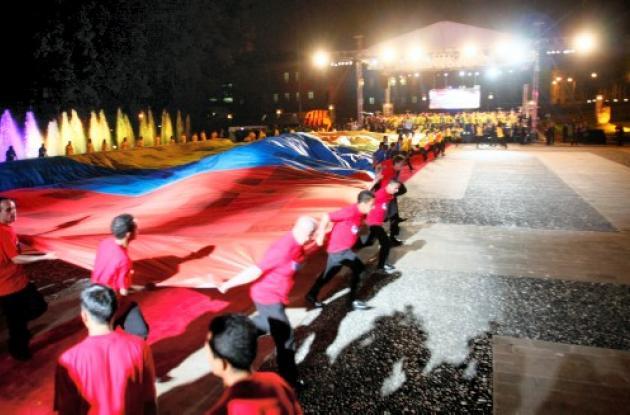 88 mil mensajes de aliento fueron impresos en la bandera