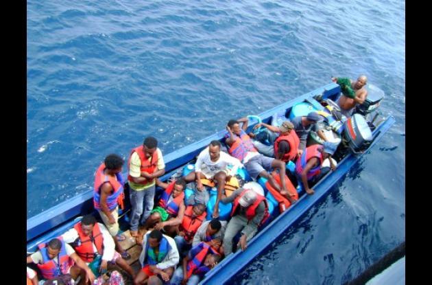LOS 34 CIUDADANOS EXTRANJEROS se encontraban a bordo de una embarcación tipo metrera, de color azul sin matrícula. Fueron hallados por unidades de la Armada Na-cional en el Golfo de Urabá.