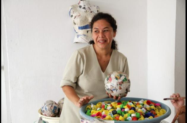 Omeida Pérez en su casa en plenitud creadora.