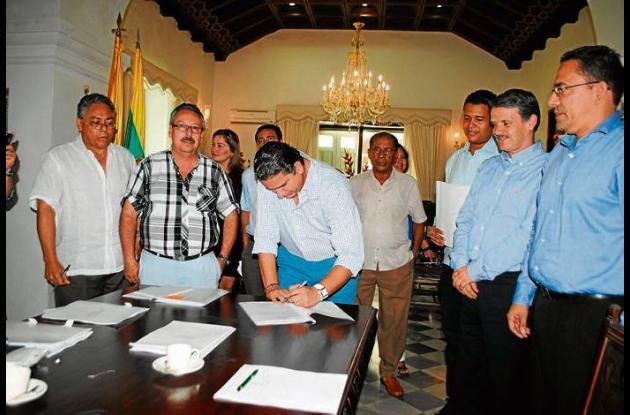 El gobernador de Bolívar, Juan Carlos Gossaín, firma el Acta de liquidación del
