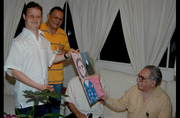José Abello en compañía de Ariel Castillo, enseña una de sus pinturas a Gabo.