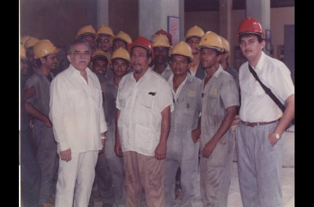 junto a los alumnos, Gabriel García Márquez y el arquitecto Alfonso Cabrera.