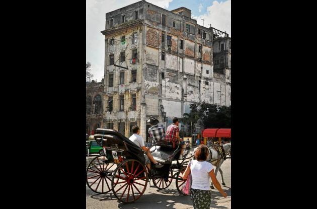 Un carruaje tirado por caballos de transporte de pasajeros en La Habana