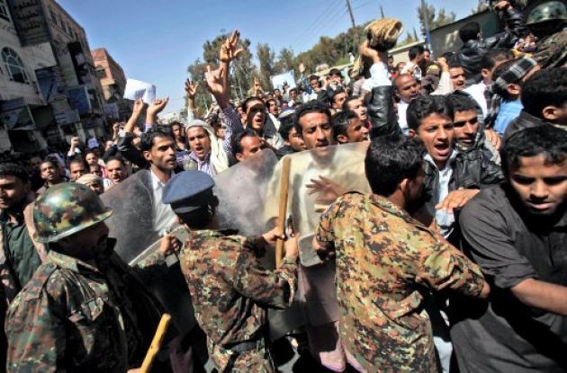 Hombres protestando en Medio Oriente