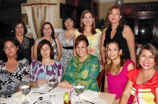 De pie; Mary López, Rosario López, Yasmín Toro, Colombia García y Rocío Bossa de Mayne; sentadas: Antonieta Toro, María de Ospina; la novia, Mary Bossa Castillo; Elena Iriarte y Aura Paternina.