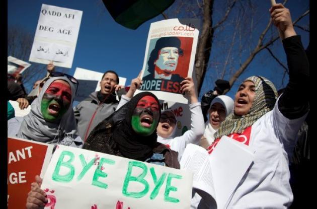 Personas manifestando en Libia