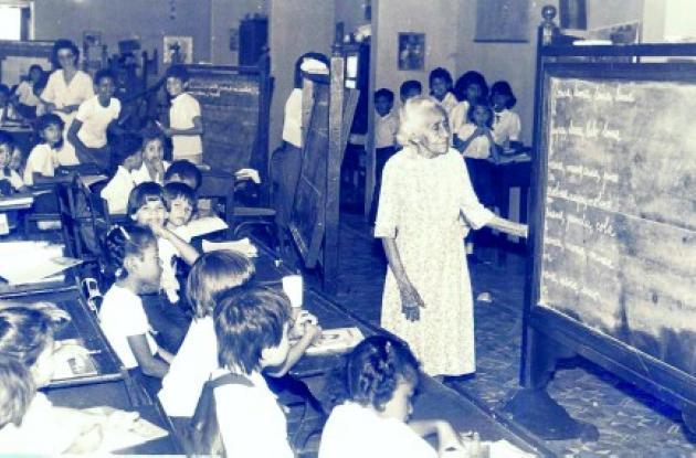 Julia Teresa Fernández Baena, hermana del célebre pedagogo, en el salón de clases en 1986.