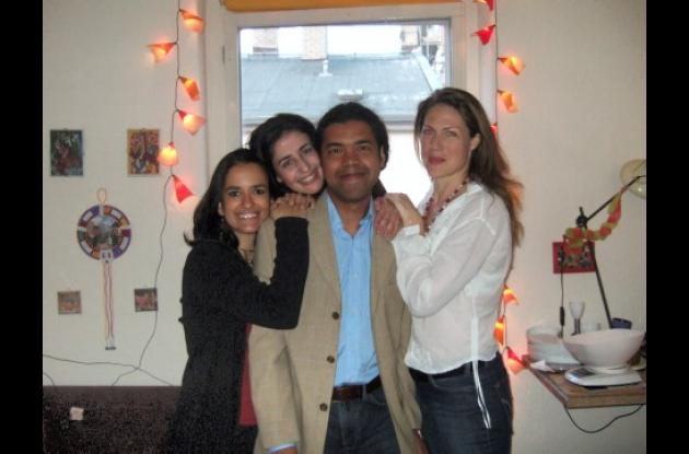 Aparecen; Melba Muñoz,  de Colombia; Meriem  Bouslouk, de Marruecos; el agasajado, Luis Carlos Berrocal  y su novia, la médica, Karola Edelman, de Alemania.