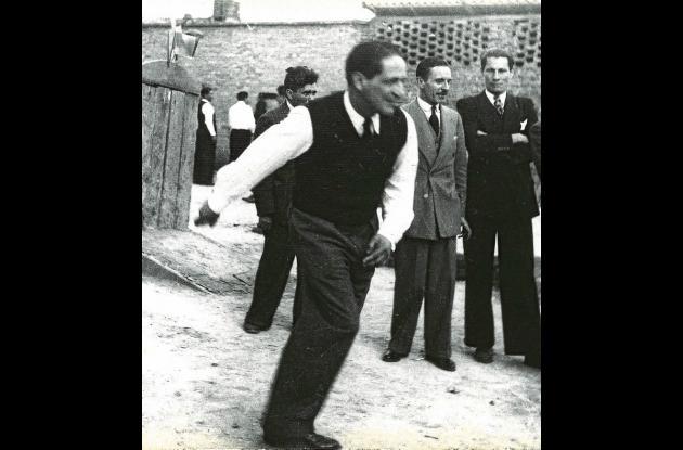 Jorge Eliécer Gaitán, jugando tejo.