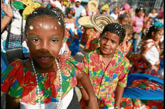 Comparsas, carrozas y demás grupos folclóricos se lucieron en el desfile.