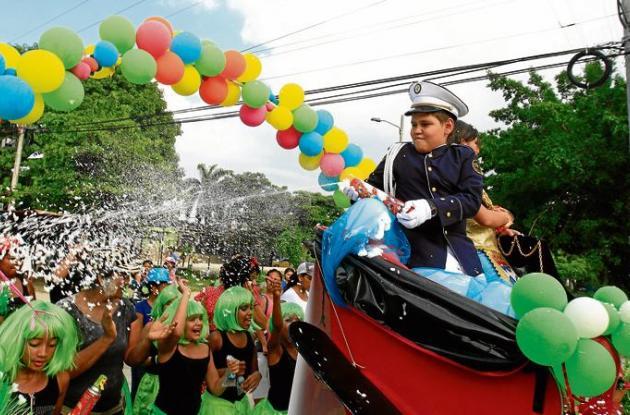En Nuevo Bosque, los niños engalanaron las calles con color y sabor de fiesta.