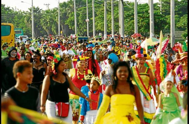 Multitudinario desfile en Torices. La gente, disfraces y tambores hicieron la fi