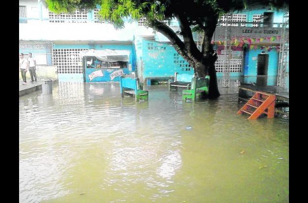 Inundación en la Institución Educativa Santa Rosa de Lima en Montería.