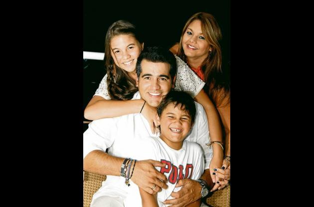 Carlos Alberto Calero con su esposa Paulina Ceballos y sus hijos: Sofía y Carlos