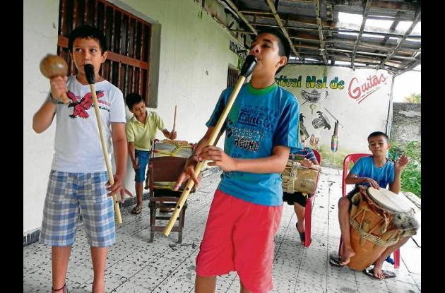 Los niños que hacen parte de las Escuelas de Gaitas se preparan para el Festival