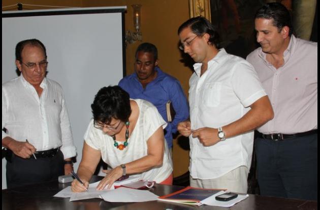 Carmen Arévalo Correa, gerente del Fondo Nacional de Adaptación, firma el acta
