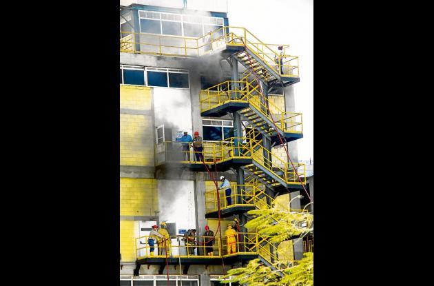 Dos horas demoraron  bomberos, personas de la fábrica y de Ecopetrol apagando la